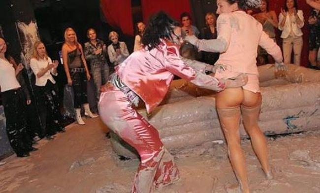 Bikini Mud Wrestling (35 pics)