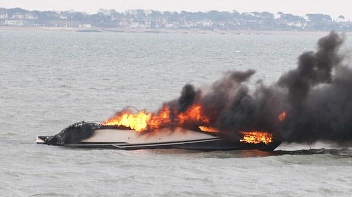 Yacht on Fire (4 pics)