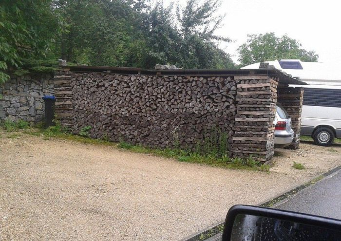 Garage Made out of Wooden Piles (3 pics)
