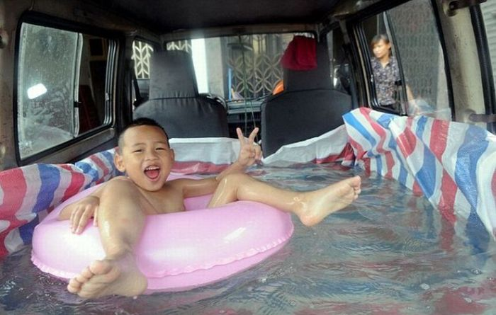 Swimming Pool Inside a Car (4 pics)
