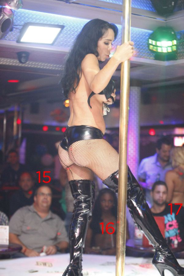 Octomom Nadya Suleman Dancing in a Florida Strip Club (6 pics)