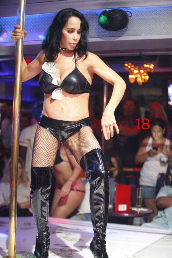 Octomom Nadya Suleman Dancing in a Florida Strip Club (6 pics)