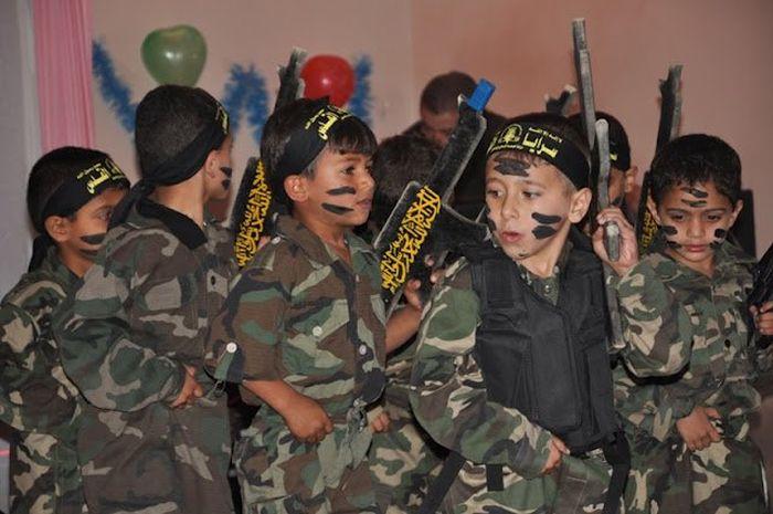 Kindergarten Graduation In Gaza (7 pics)