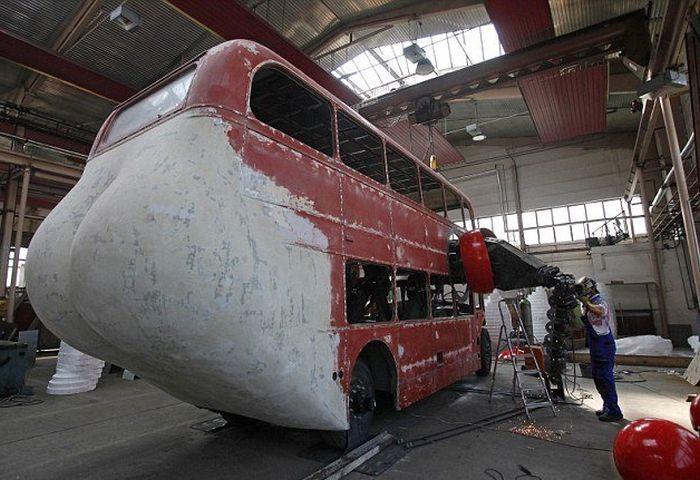 Double Decker Bus Artwork by David Cerny (11 pics)