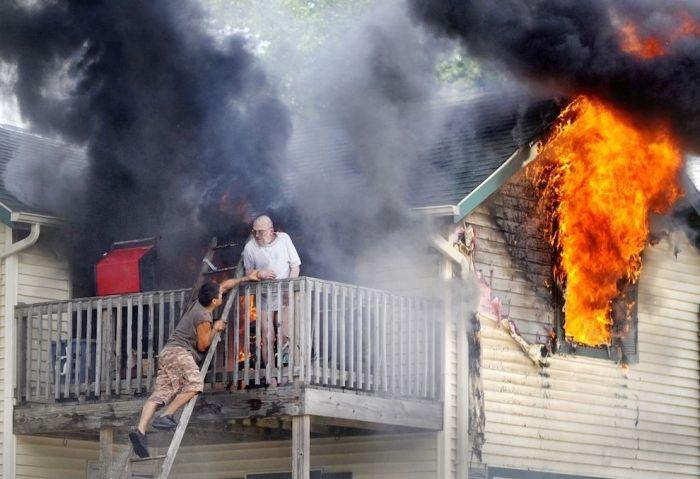 Firemen Rescue a Man (5 pics)
