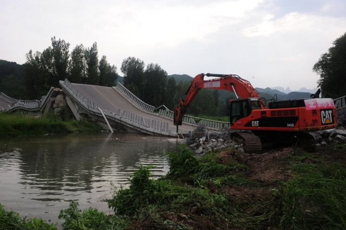 Overloaded Truck Broke a Bridge (8 pics)