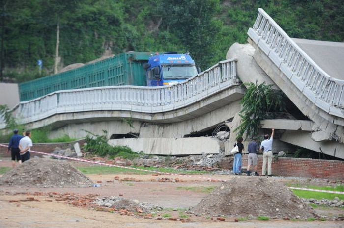 Overloaded Truck Broke a Bridge (8 pics)