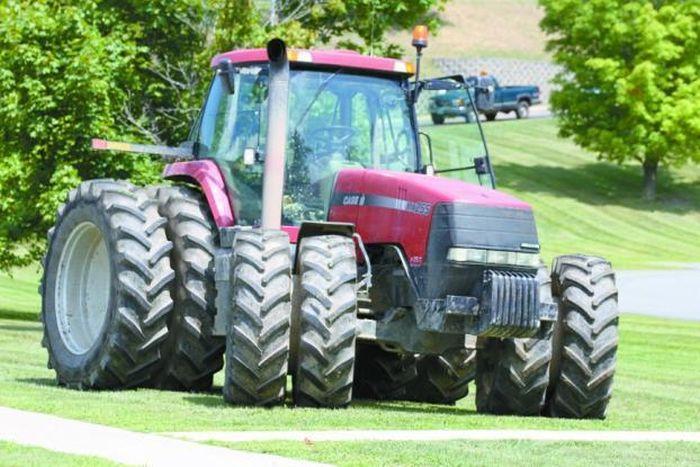 Tractor vs Seven Police Cars (11 pics)