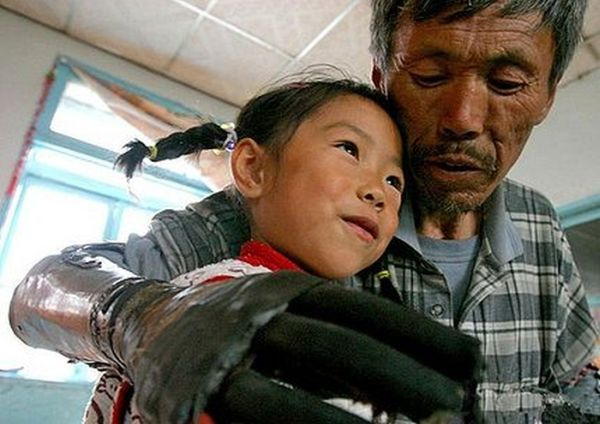 Chinese Man Builds Himself Bionic Hands (7 pics)
