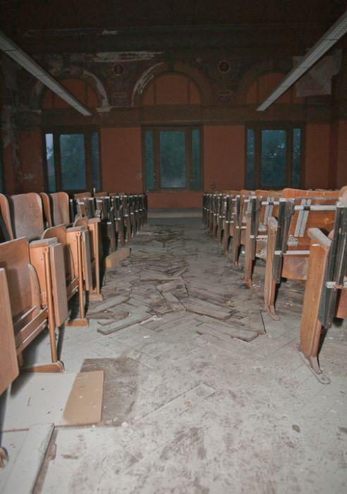 Abandoned Veterinary School (22 pics)