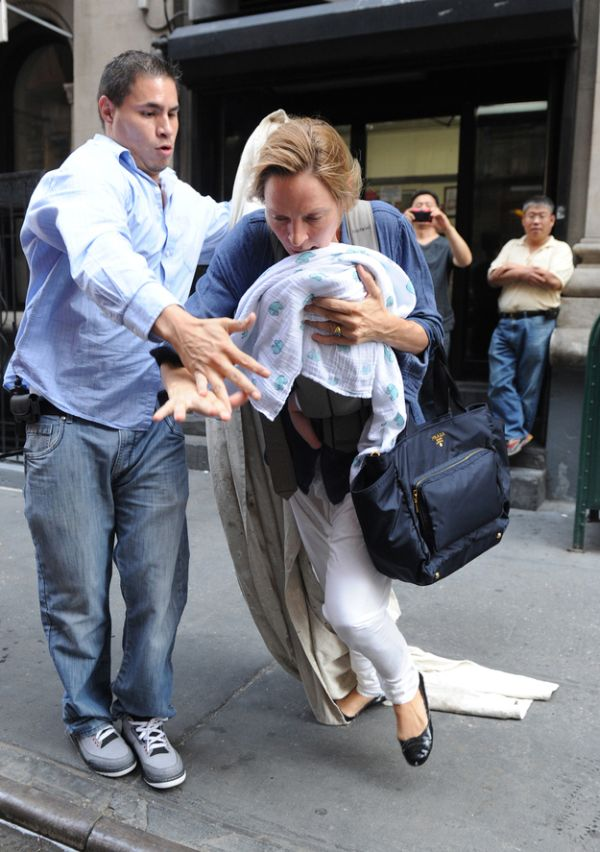 Uma Thurman Almost Fell With Her Baby (4 pics)