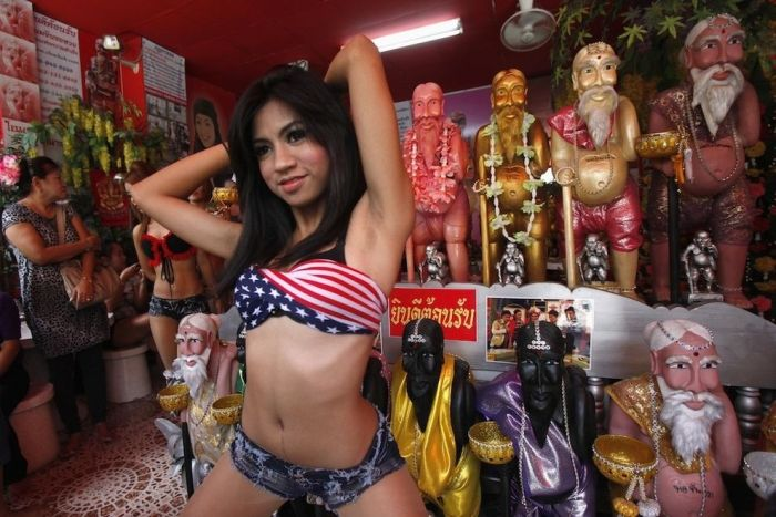 Strip Dance in Front of Statues of Chuchok (6 pics)
