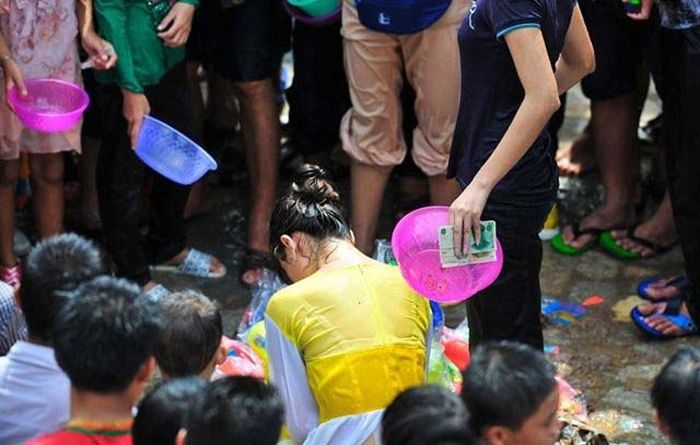 Water Splashing Festival in China Turns into Chaos (11 pics)