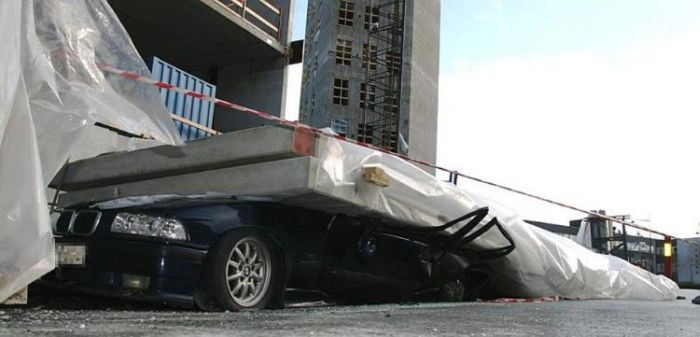 Concrete Wall Falls on a Car (5 pics)