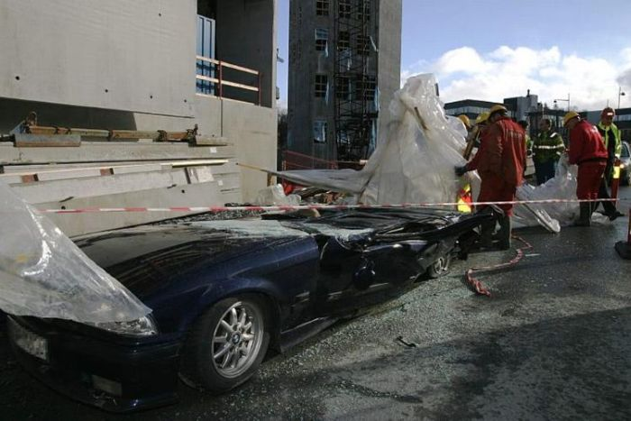 Concrete Wall Falls on a Car (5 pics)