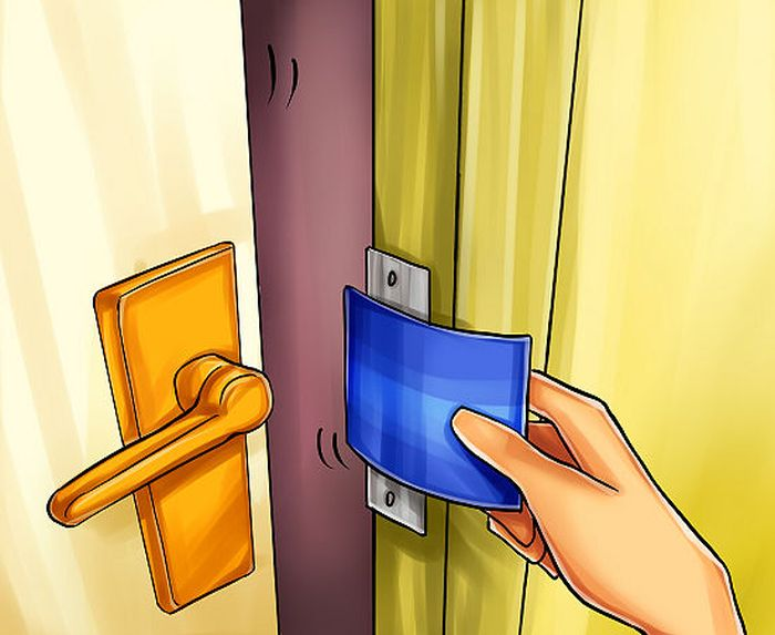 How to Open a Door with a Credit Card (4 pics)