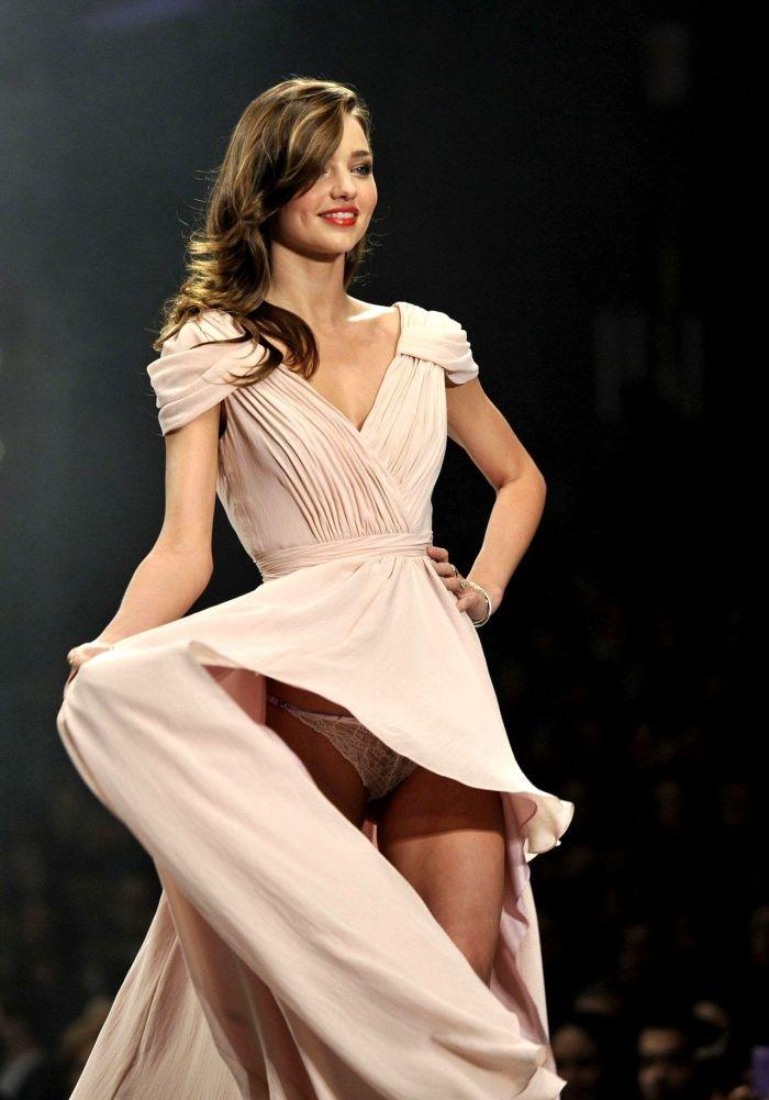 Miranda Kerr Flashes Her Underwear (5 pics)