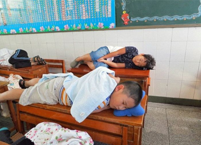 Chinese Kids Taking a Nap at School (5 pics)