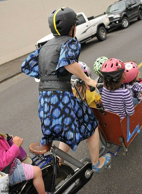 How to Take Six Kids to School with a Bike (8 pics)