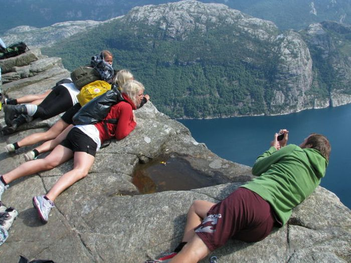 Welcome to the Cliff of Preikestolen, Norway (23 pics)