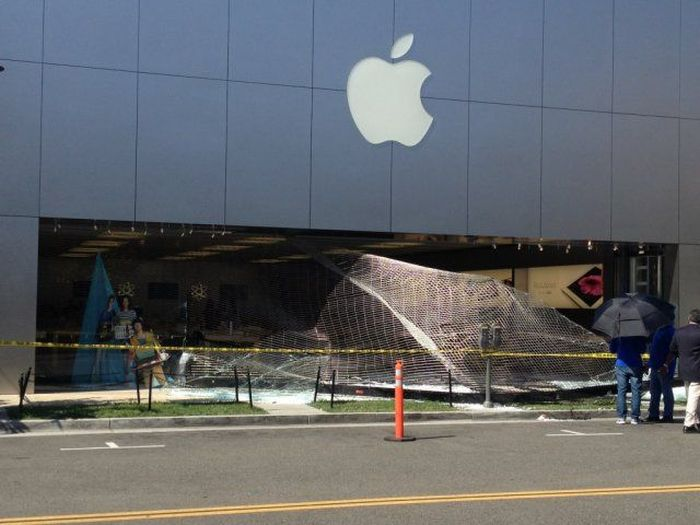 Apple Store Robbery Fail (3 pics + video)