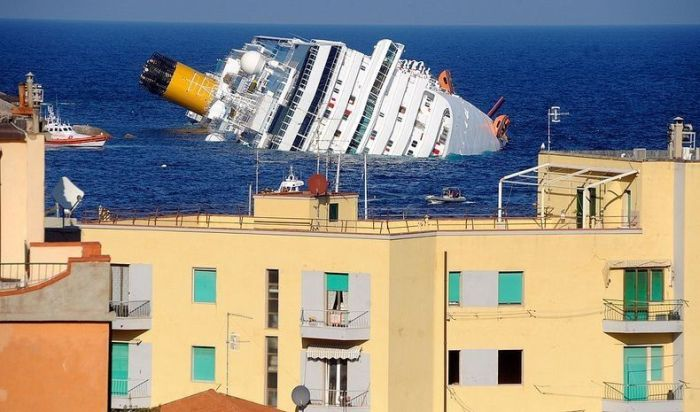 Costa Concordia is a New Tourist Attraction (8 pics)