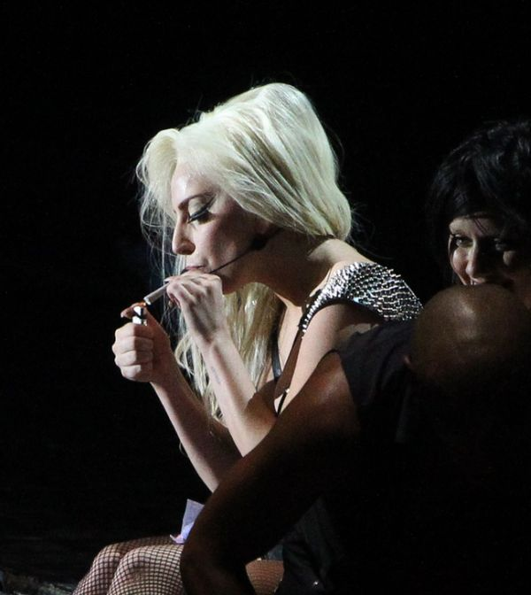 Lady Gaga Smokes Weed on Stage (5 pics)