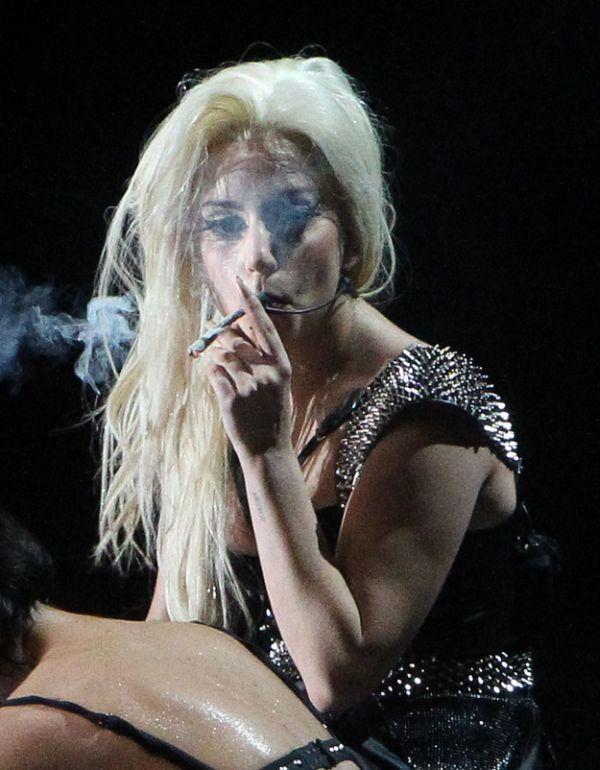 Lady Gaga Smokes Weed on Stage (5 pics)