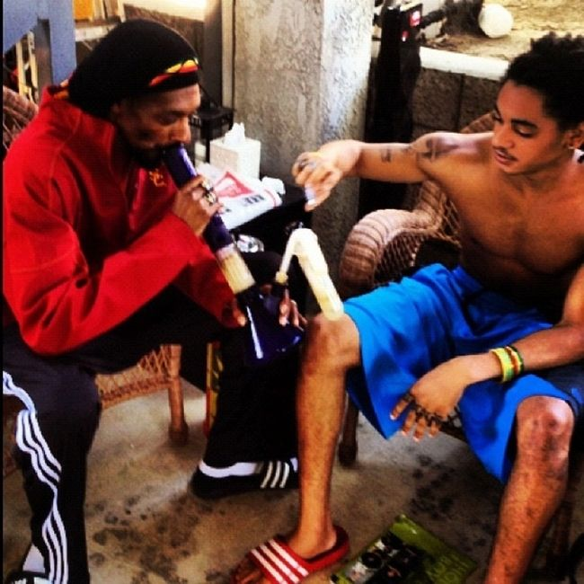 Snoop Dogg Smoking Weed With His 18-Year-Old Son (5 pics)