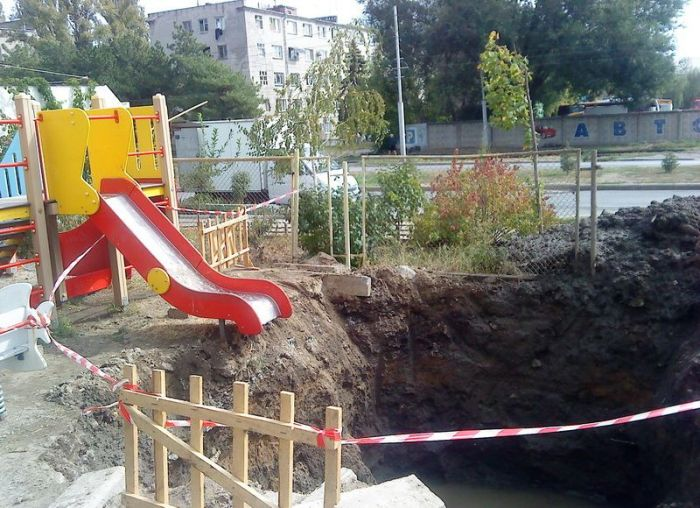 Never Let Your Kids Play on This Playground (3 pics)