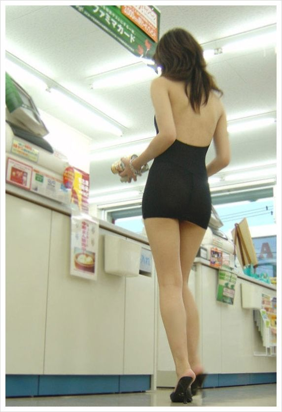 Girl in a Tight Dress Goes Shopping (8 pics)