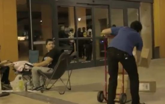 Hilarious Guy Trolling People That Are Waiting For iPhone 5
