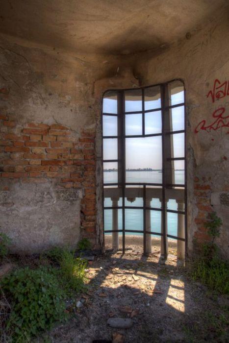 The Island of Poveglia (27 pics)