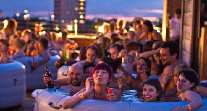 Hot Tub Outdoor Cinema (8 pics)