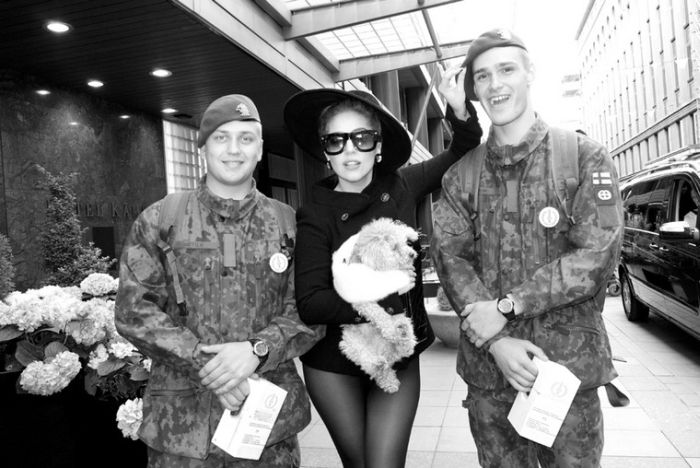Lady Gaga Being Naughty Backstage (19 pics)