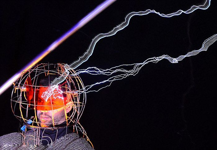 David Blaine's 1m-Volt 'Electrified' Stunt (6 pics)