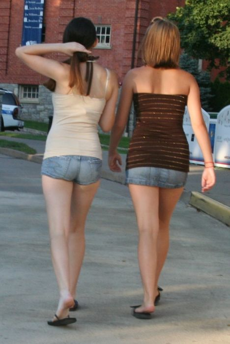Girls in Jeans Shorts (46 pics)