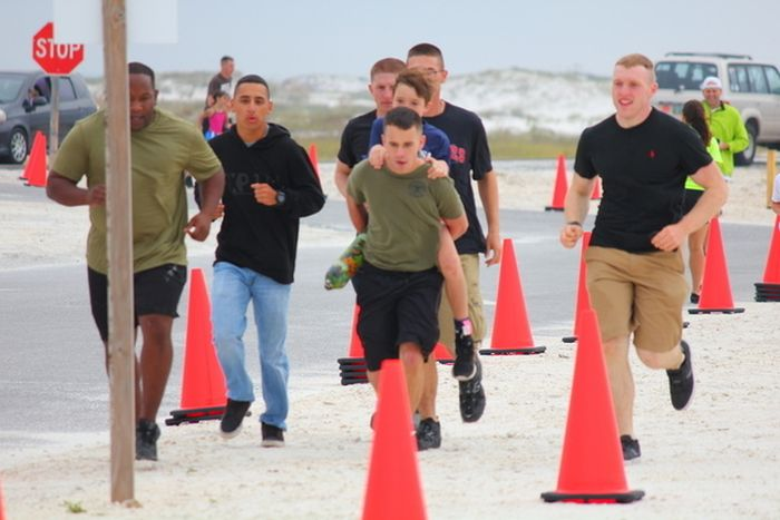 Marines Help Boy With Prosthetic Leg Finish Race (5 pics)