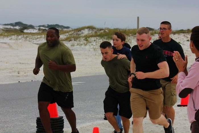Marines Help Boy With Prosthetic Leg Finish Race (5 pics)