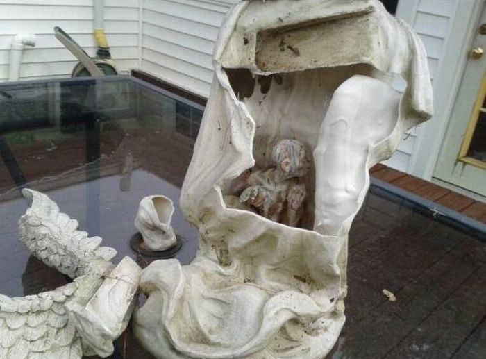 A Statue of Angel with a Secret (3 pics)