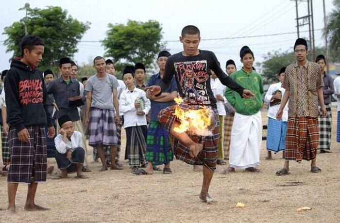 Flaming Soccer in Indonesia (13 pics)