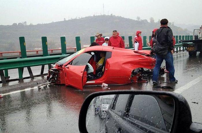 Multiple Ferrari Crash (6 pics)