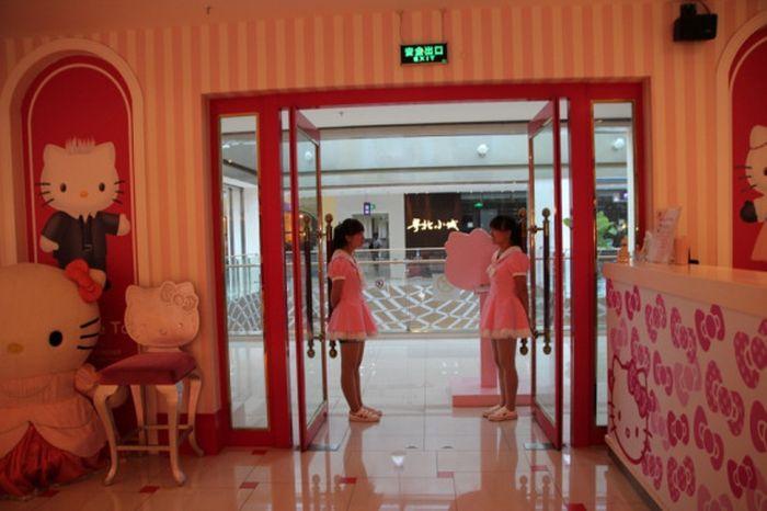 Hello Kitty Restaurant (25 pics)
