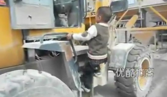 Unbelievable 5-year-old Boy Operating the Frontend Loader Like a Boss