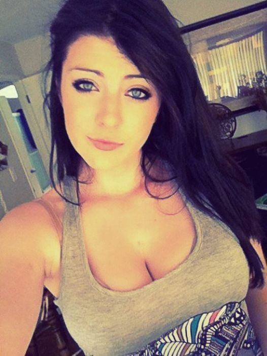 Girls with Cleavage (90 pics)