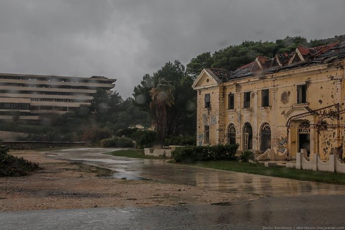 Abandoned Resort in Croatia (25 pics)