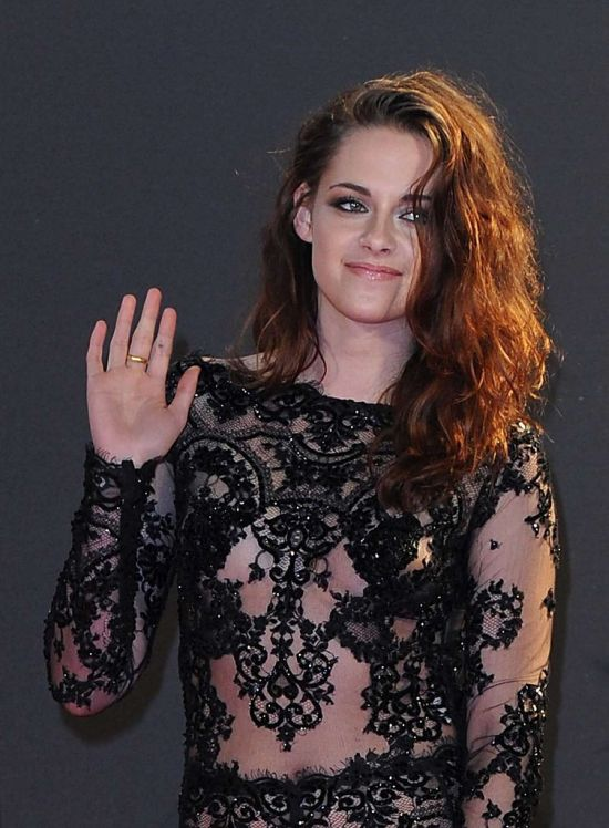 Kristen Stewart Wearing a Hot Black Dress (11 pics)
