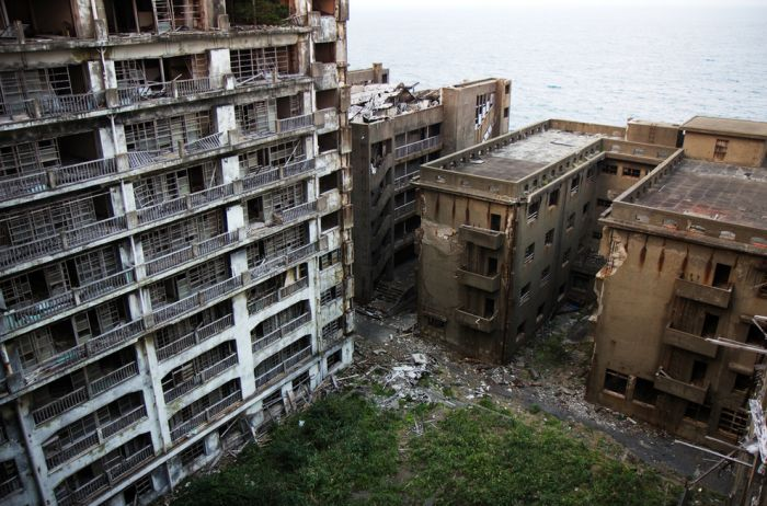 The Abandoned Island That's A Real Life Bond Villain Lair (21 pics)