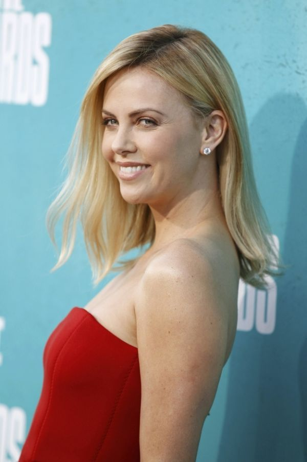 Charlize Theron Has Shaved Her Hair (5 pics)