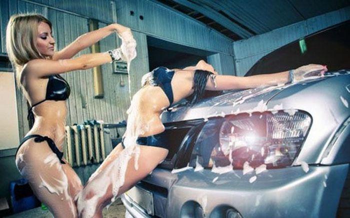 Girls Getting Wet (40 pics)